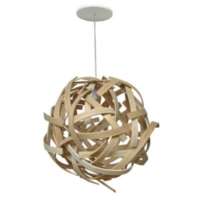 Par l'enlacement de ses lames de bois cintré, le lustre Anouk donnera naissance à un subtile jeu de lumière. Une suspension design qui deviendra un élément central de votre décoration d'intérieur ! Structure en bois massif (frêne). Finition brute