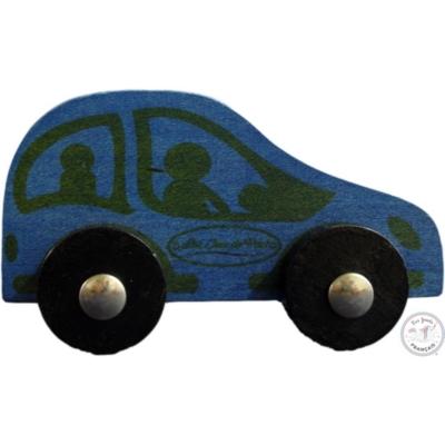 Petite voiture classique en bois