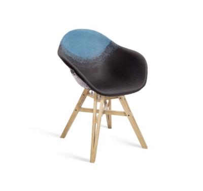 Chaise Gravêne Maximum noir modèle unique avec pieds en bois